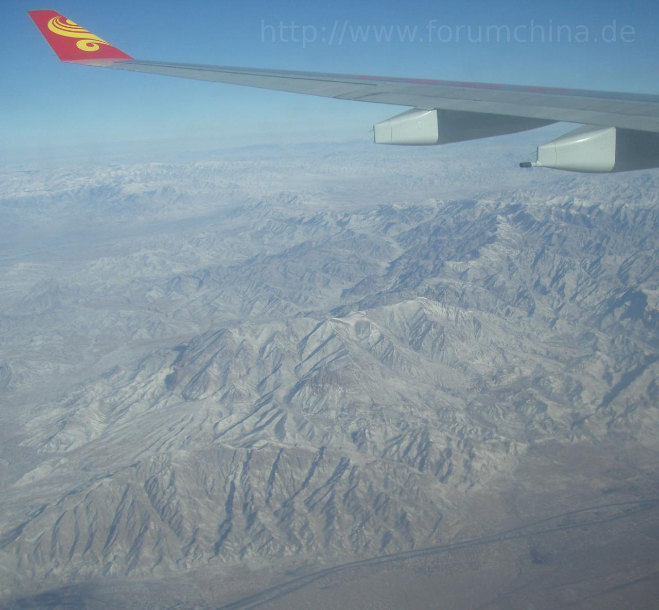 Flugzeug über China - Flugtickets für Direktflüge.