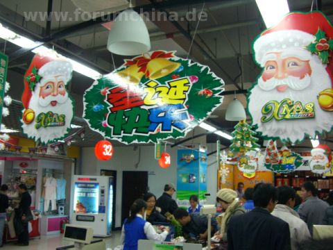 Weihnachtsdekoration in einem Supermarkt in China